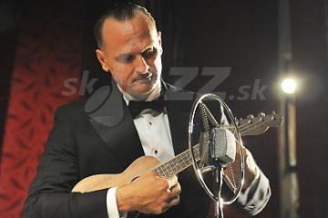 Miloš Stačík a novučičké ukulele © Patrick Španko