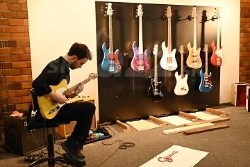Szymon Mika skúša gitaru Grunt © Patrick Španko