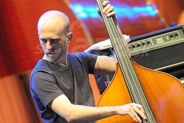 Basgitarista a kontrabasista Matt Brewer !!!